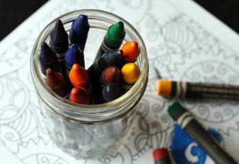 Crayons de couleur et livre à colorier